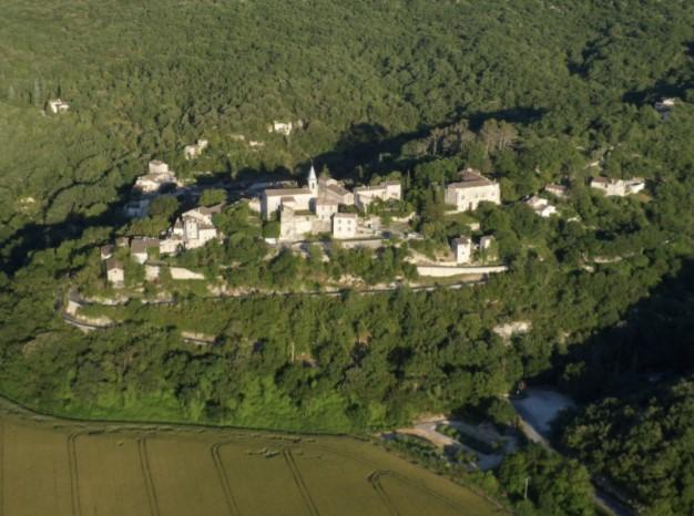 Perché sur son piton rocheux, Tharaux marque l′entrée des Gorges de la Cèze